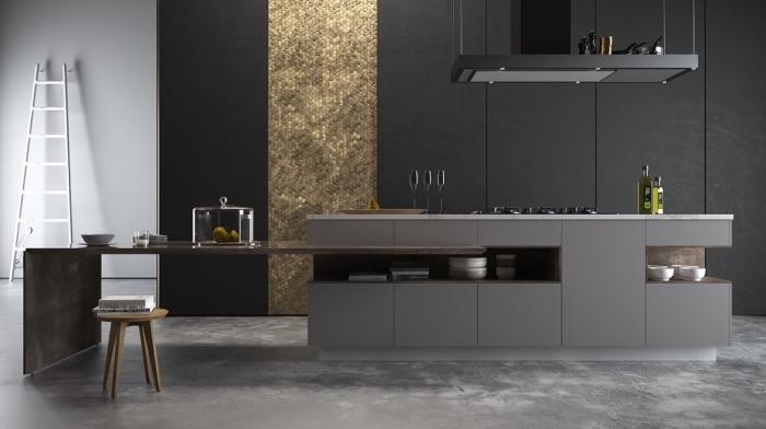 plancher à design béton dans une cuisine avec décoration murale partielle à design mosaïque dorée