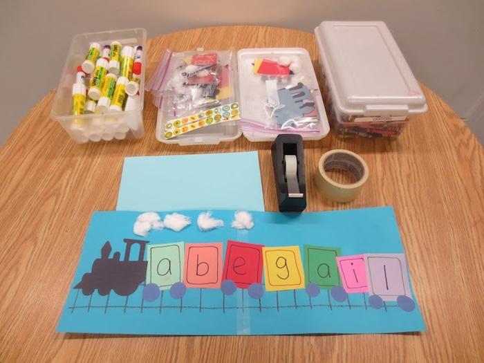 écrire son prénom en étiquettes colorées contenant des lettres, méthode montessori activité manuelle, dessin créatif train