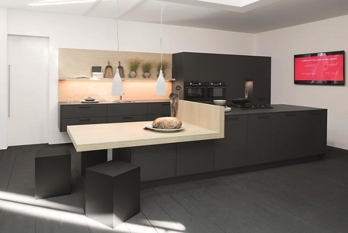 équipement de cuisine noire matte au plafond blanc suspendu et plancher de bois peint en gris anthracite