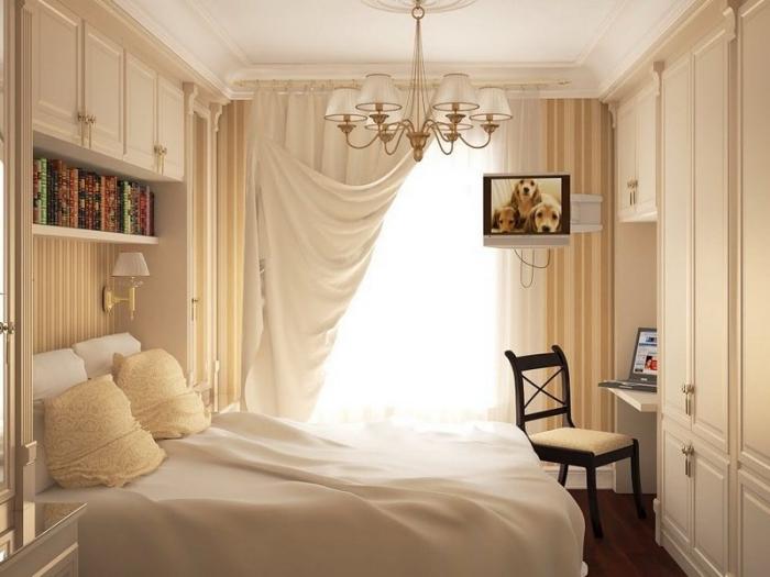 couleur pour chambre fille avec garde-robe blanche et bureau encastré, étagère horizontale de bois blanc et papier peint rayé en beige