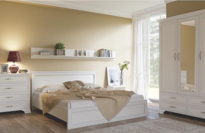 meuble chambre beige et blanc de bois, modèle de grand lit avec tête et cadre de bois et cuir blanc, étagère horizontale blanche avec livres et plante verte