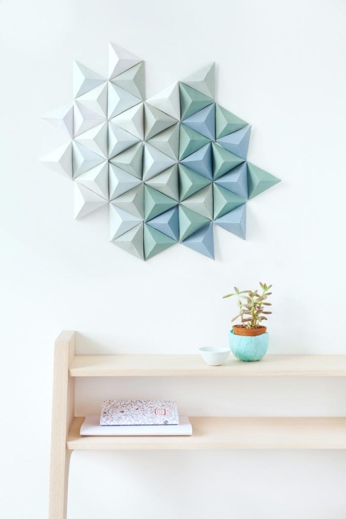 modèle de déco murale à design origami de papier blanc et vert, meubles en bois clair dans la chambre ado