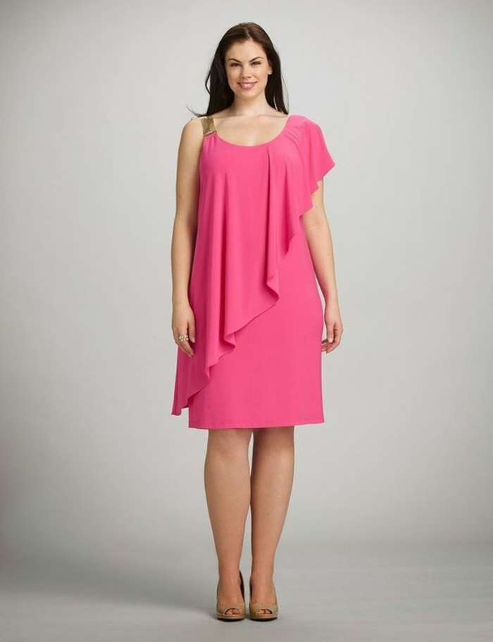 robe pour ronde avec du ventre, rose nuance fuchsia, décolleté grec, longueur mi-genoux, partie volantée asymétrique en diagonale tout au long de la partie haute
