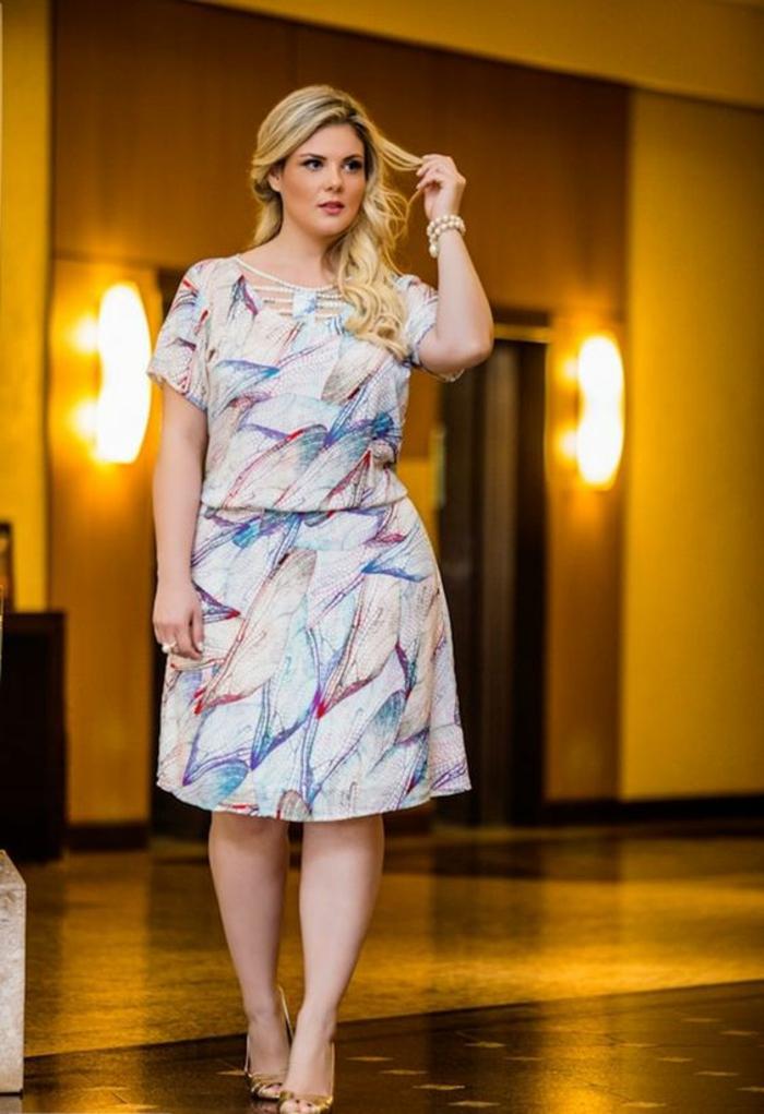 robe pour ronde avec du ventre, manches courtes, longueur mi-genoux, partie jupe évasée, tissu blanc avec des motifs colorés graphiques en rouge et bleu