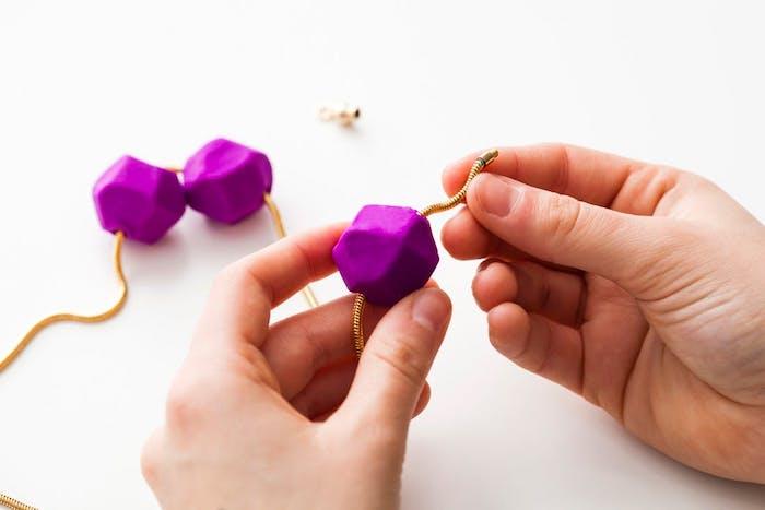 enfiler les pendentifs sur une chaine, comment faire de la pate fimo, exemple de bijoux pate fimo originales