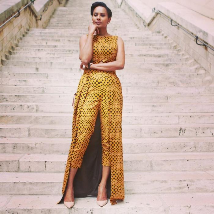 costume femme de style africain avec pantalon jupe, tissu ethnique en jaune et noir, style vestimentaire femme élégante