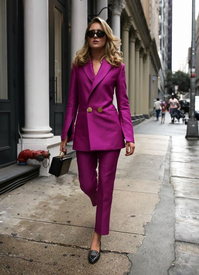allure chic et féminine en tailleur élégant couleur fushia avec blazer à double boutonnage et un pantalon 7/8 de coupe cigarette