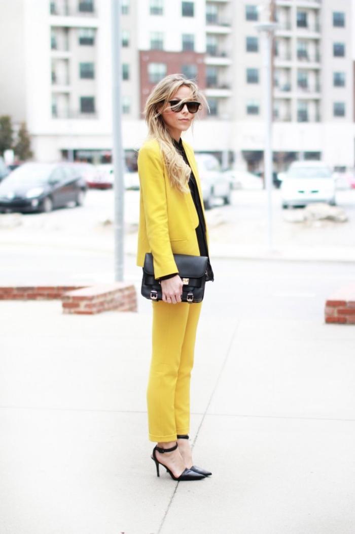 un look chic en jaune et noir, comment porter le tailleur pantalon femme de couleur flashy au travail