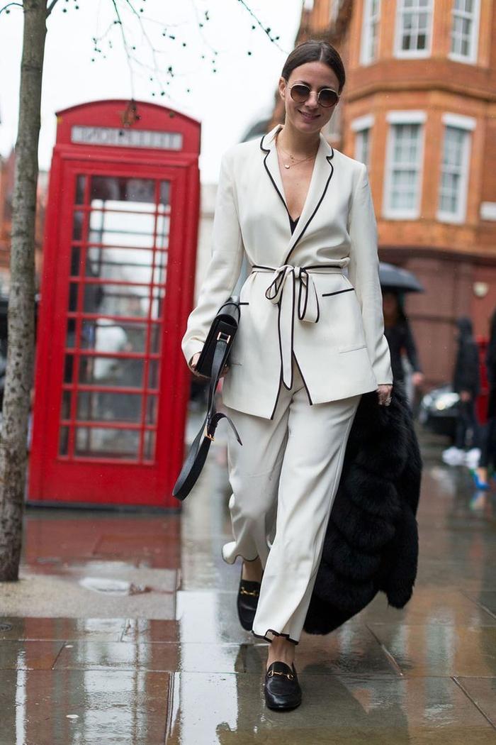 modèle de tailleur femme pyjama avec pantalon fluide blanc et un blazer avec ceinture à nouer