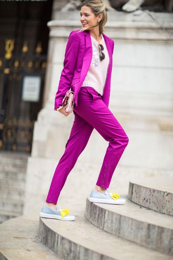 tenue chic femme qui combine des couleurs flashy et des tons doux pastels