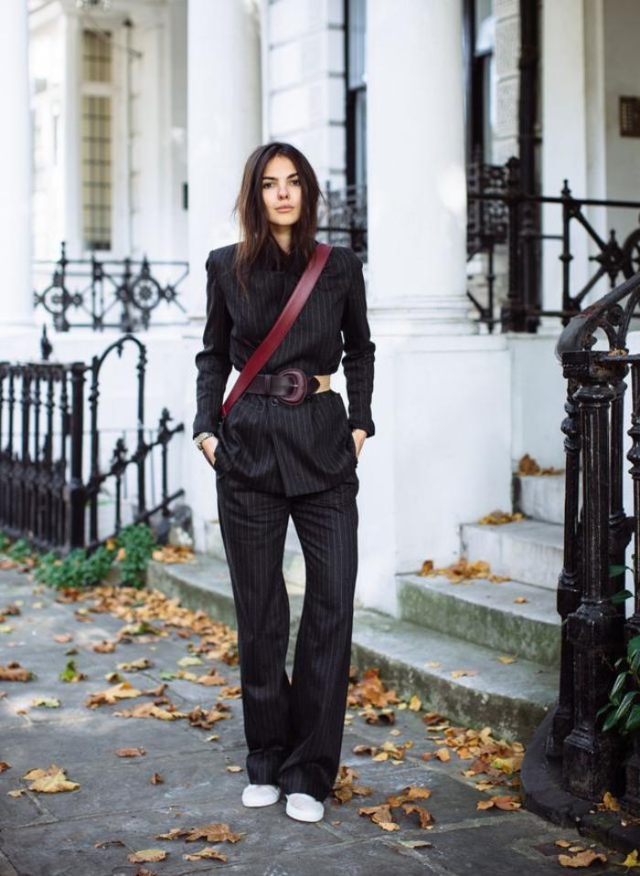 idée pour tenue de bureau en ensemble tailleur femme chic de coupe garçonne avec ceinture vintage