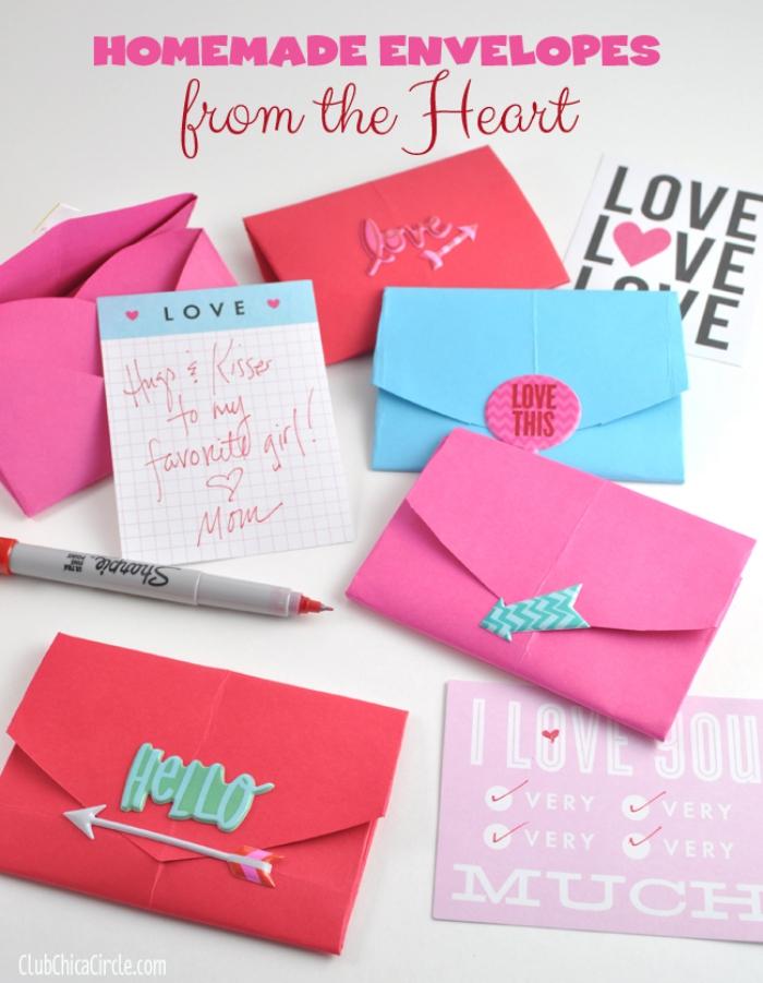 fabriquer une enveloppe, idée pour enveloppe DIY en papier coloré et décoré avec embellissement scrapbooking