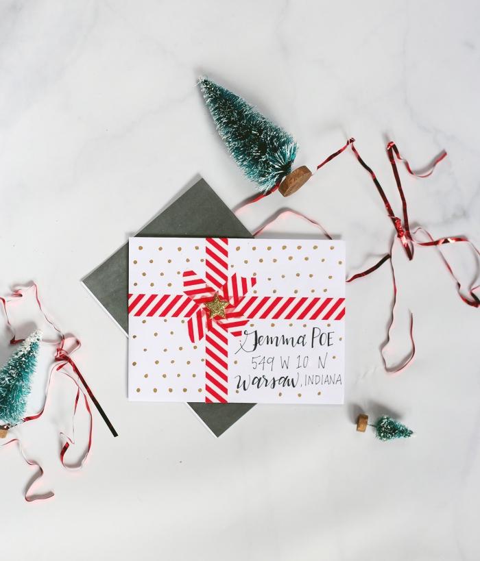carte de voeux de Noel avec enveloppe DIY fabriquée de papier blanc à points dorés et ruban rouge et blanc