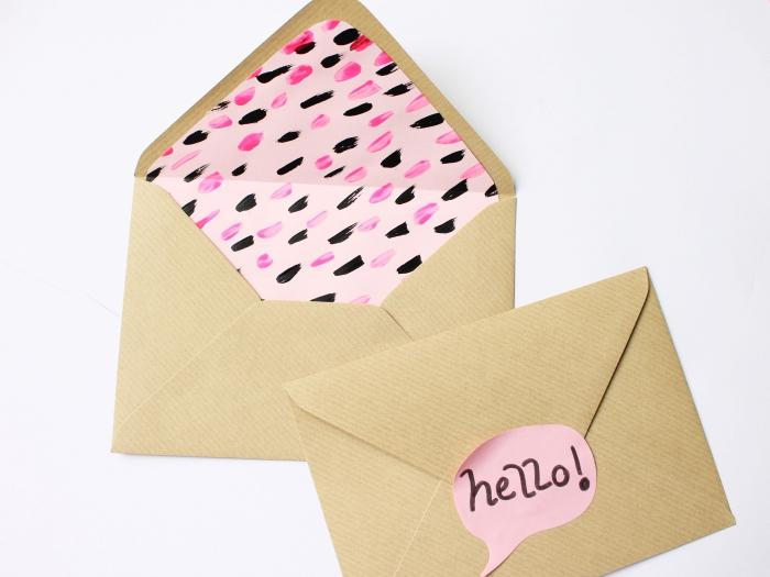 comment personnaliser une enveloppe en papier beige avec une feuille rose à peinture aquarelle rose et noir