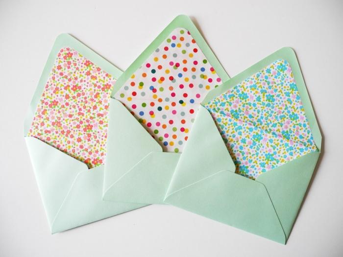 pliage enveloppe, modèle d'enveloppe verte décorée en papier coloré aux motifs floraux et géométriques