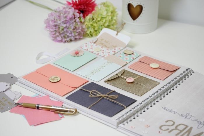idée scrapbooking avec petites enveloppes fait main en papier coloré de nuances pastel et glitter doré