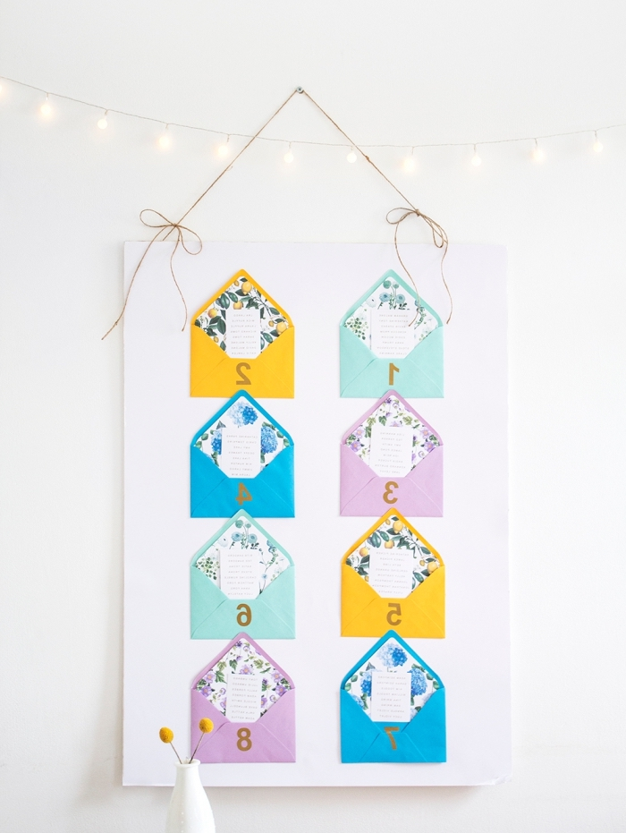 idée décoration chambre ado avec petit calendrier mural fait d'enveloppes mini en papier coloré et notes