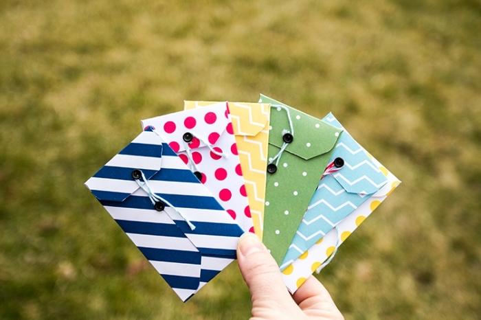 pliage papier, modèles de petites enveloppes à décoration scrapbooking faites de papier coloré à design géométrique et boutons noirs