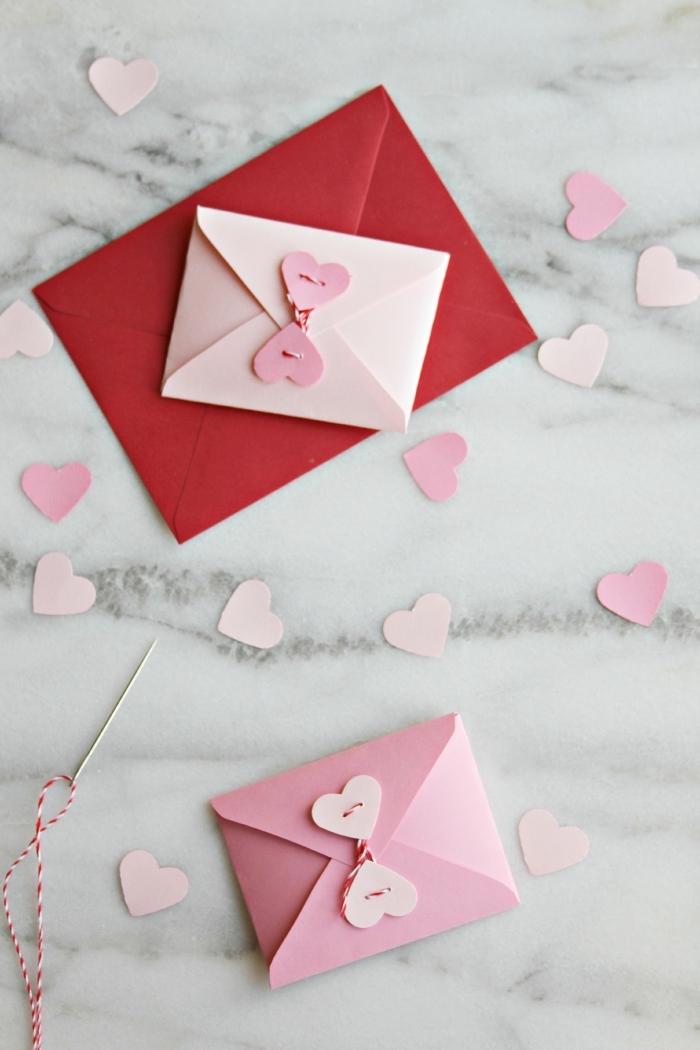 origami facile, petites enveloppes en papier coloré sur une surface à design marbré, activité manuelle pour faire un cadeau en papier