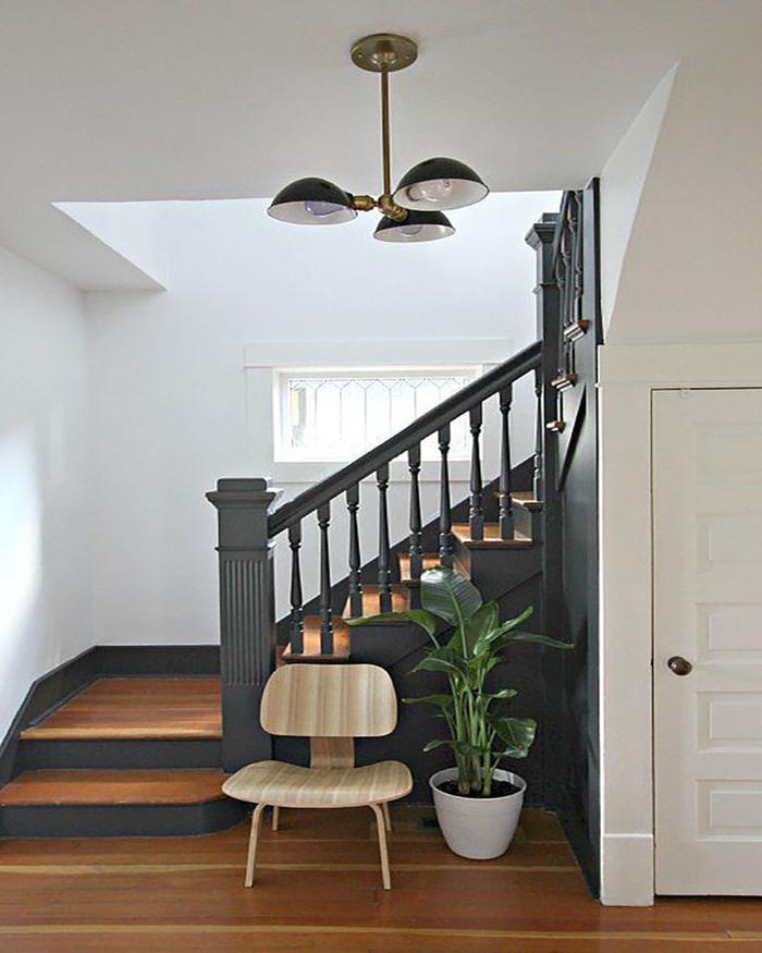 projet facile pour repeindre escalier dans un style scandinave contemporain associant harmonieusement le bois et le noir