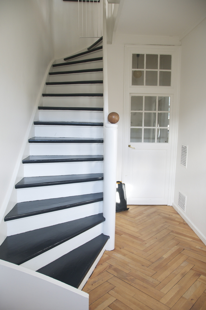 photo escalier repeint repeindre un escalier en gris les escaliers repaints le monde selon ray. Black Bedroom Furniture Sets. Home Design Ideas