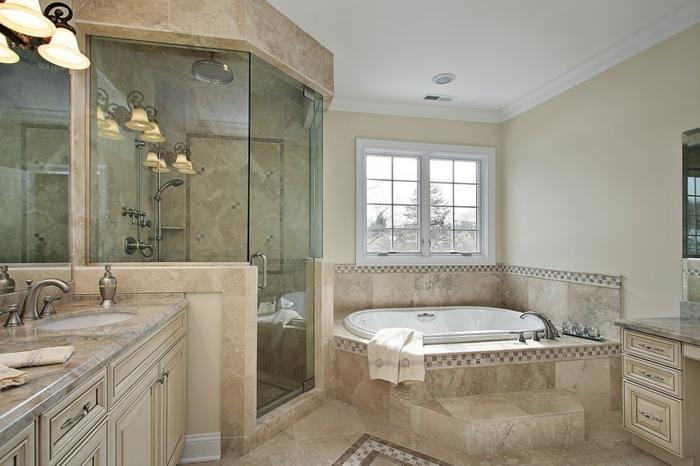 mosaique au sol, joli, plafonnier vintage, placards en couleur crème, salle de bain en travertin