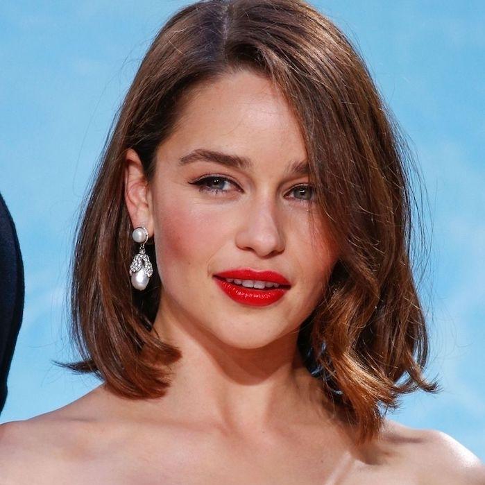 coupe de cheveux carré plongeant avec longueur sur le devant, rouge a levres rouge, boucles d oreilles femme elegantes