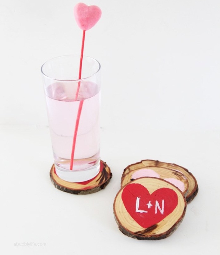 dessous de verre en rondin de bois à motif coeur rouge et rose et les premières lettres des prénoms des amoureux, idée cadeau copine