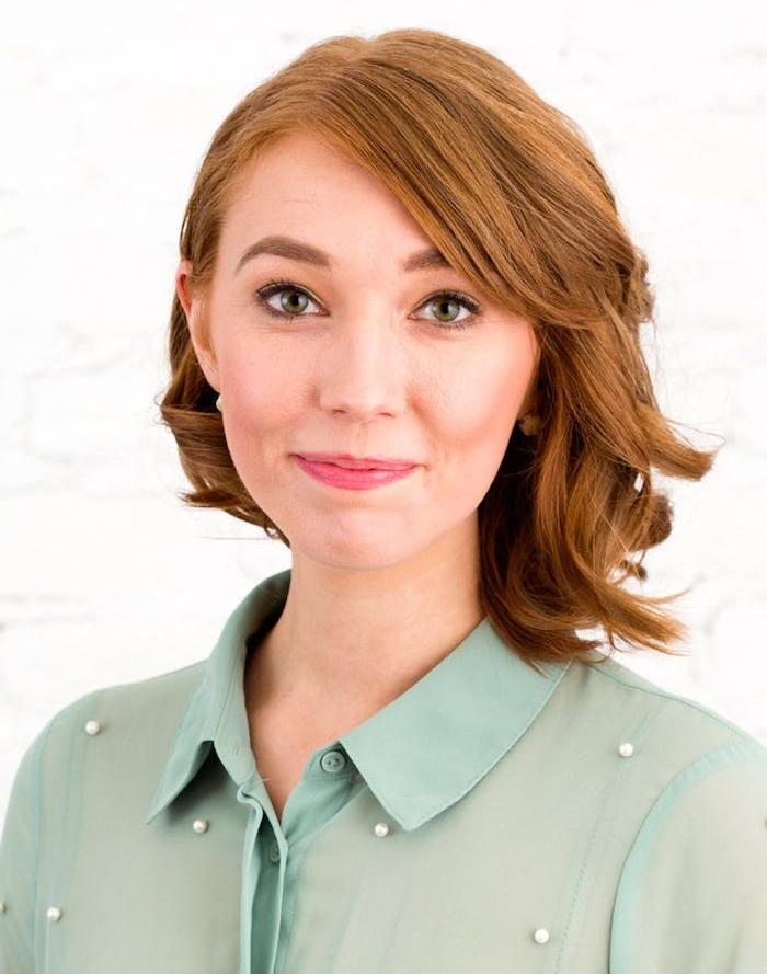 exemple de coiffure carré plongeant style long avec frange sur le coté, chemise femme vert clair