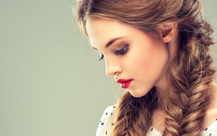 natte epi de coté, exemple de coiffure tresses volumineuses, maquillage femme original, robe blanche à pois noirs