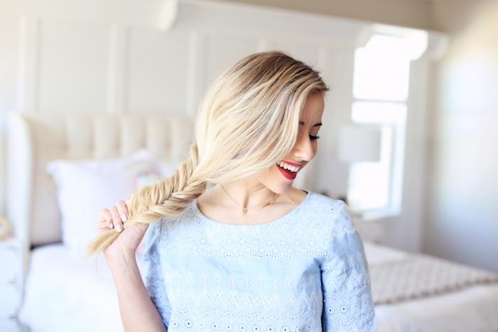 exemple de coiffure tresse simple sur le coté avec des meches lachées sur une longue chevelure blonde, tee shirt femme bleu