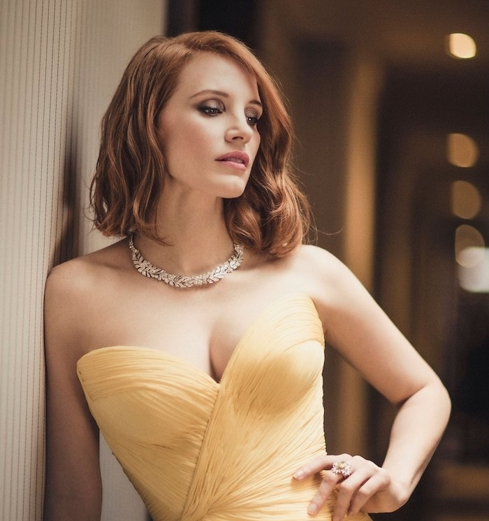 modele de coiffure carré plongeant long ondulé avec de grosses boucles, robe jaune, collier stylé, look de soirée femme