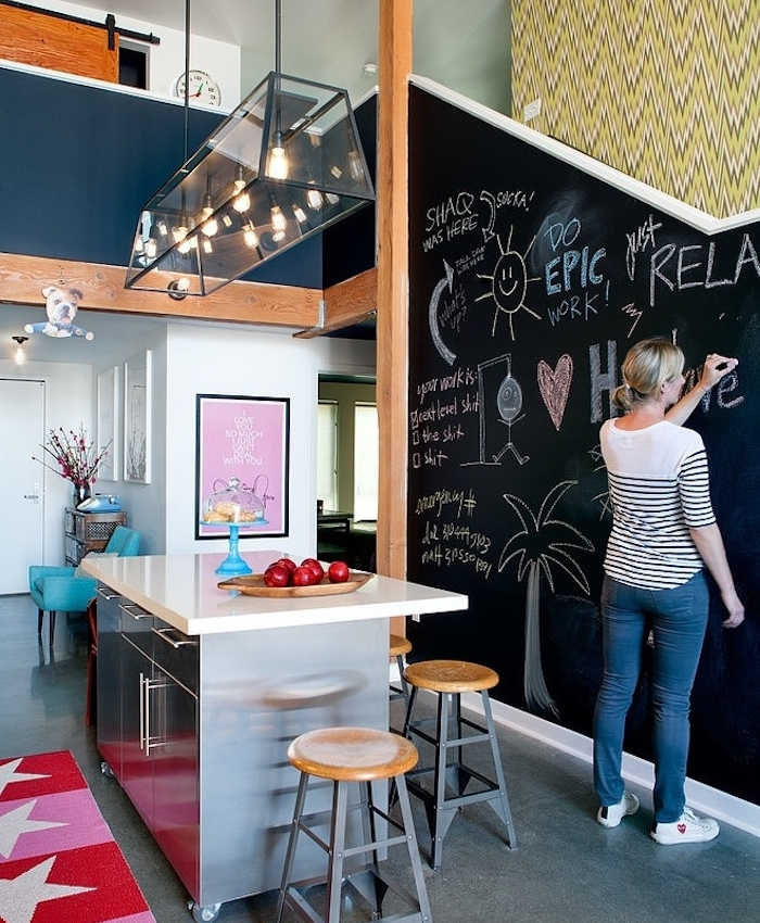 modele de cuisine moderne aménagée avec ilot central gris et pan de mur en ardoise murale, suspension industrielle design
