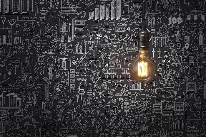 exemple de mur décoré de peinture tableau craie à multiples petits dessins à la craie noire et ampoule electrique