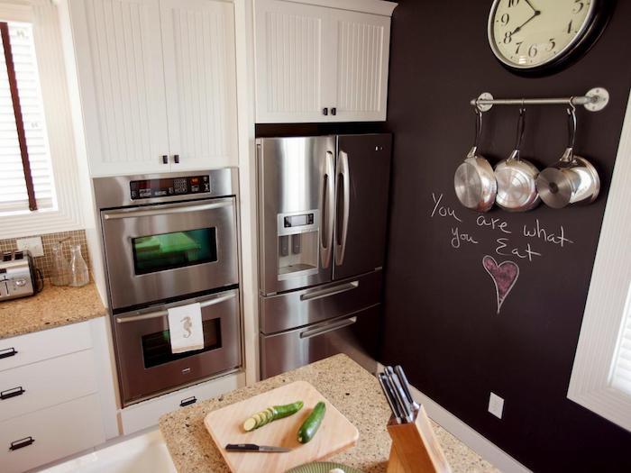 exemple de petite cuisine blanche et inox avec mur en peinture ardoise, plan de travail en granite, meuble cuisine blanc