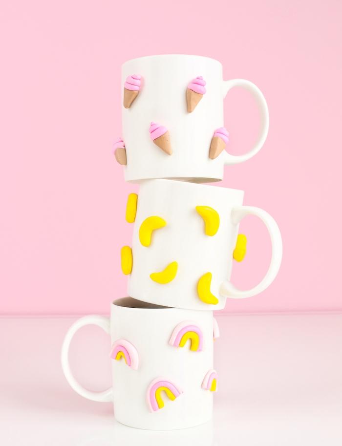 tasses à thé blanches décorées d ornements arc en ciel, glace et banane, idée pate fimo pour créer un mug personnalisé