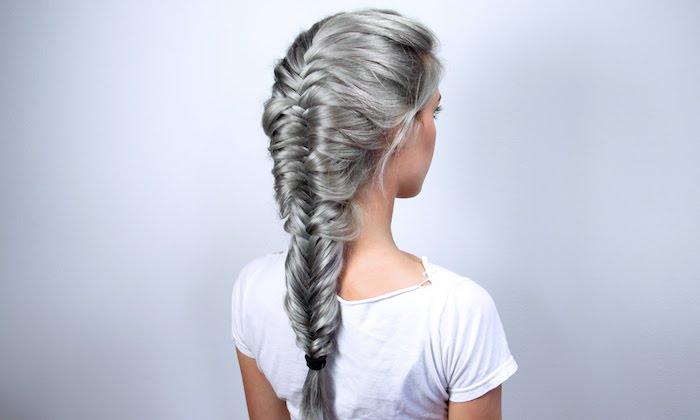 idée de natte epi traditionnelle sur de longs cheveux couleur grise, tee shirt blanc, coiffure femme extravagente