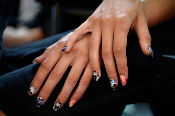 faux ongles gel, dessin en couleurs et design variés, vernis gel sur ongles mi-longs avec extensions en gel