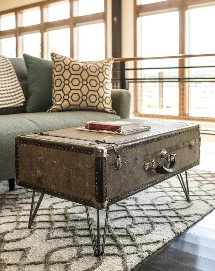 comment fabriquer sa table basse en coffre vintage avec pieds en epingle a cheveux, tapis gris et blanc, canapé gris