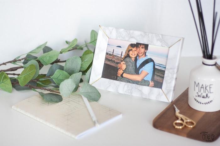 un cadre photo customisé de papier effet marbre, gris et blanc, diy cadeau pour sa copine facile a faire