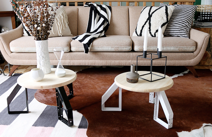 exemple comment fabriquer une table nasse en plateau de bois clair et pieds en metal, canapé beige, tapis marron velours