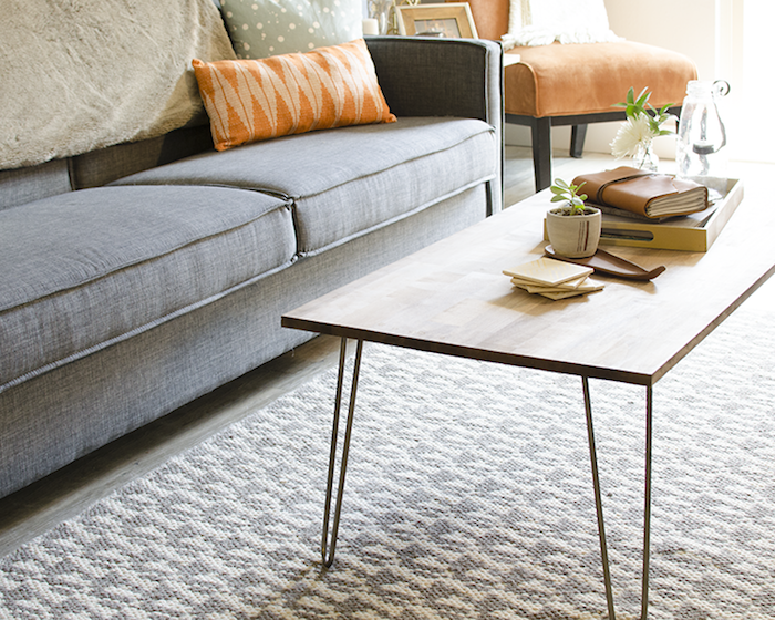 table basse diy en plateau de bois carré en épingle à cheveux, tapis gris et blanc, canapé gris, accessoires deco vintage
