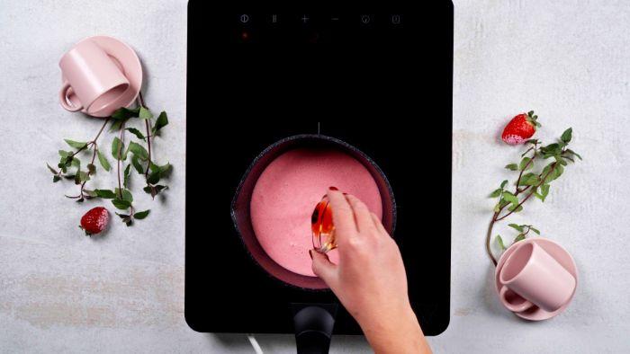 faire bouillir la panna cotta maison dans casserole idée de dessert romantique pour la saint valentin
