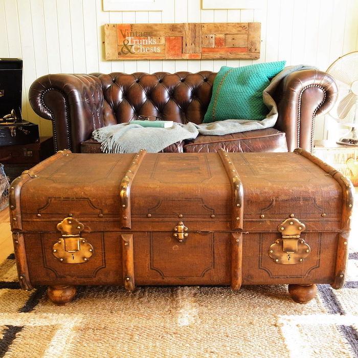 table basse diy en coffre de bois, canapé en cuir, tapis beige, style rustique vintage, coussin vert, couverture grise
