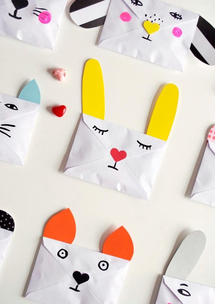 modèle d'enveloppe DIY en papier blanc décoré de papier coloré et dessins en crayon à design animal