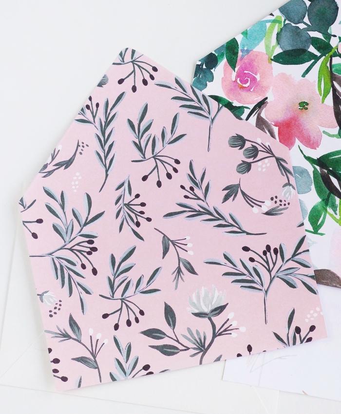 enveloppe kraft, art de papier en version enveloppe DIY fabriquée de papier rose aux motifs feuilles et fleurs