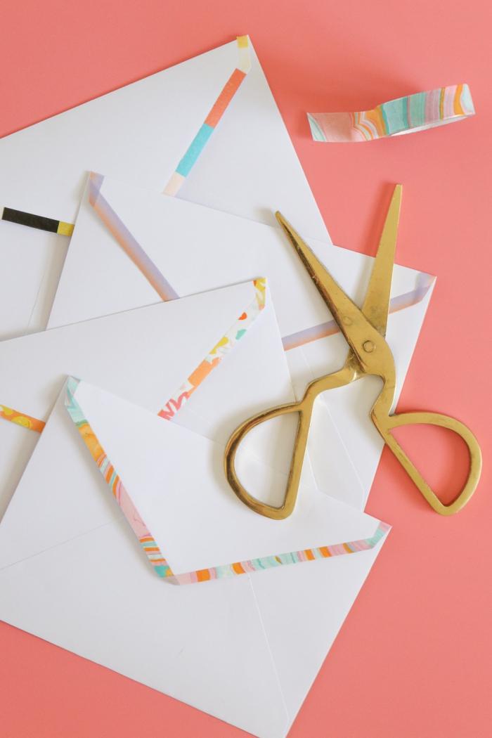 comment personnaliser les enveloppes blanches en utilisant de ruban adhésif à design coloré et effet marbré
