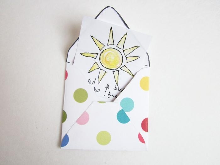 comment faire une enveloppe en papier, enveloppe DIY carrée blanche avec points en couleurs