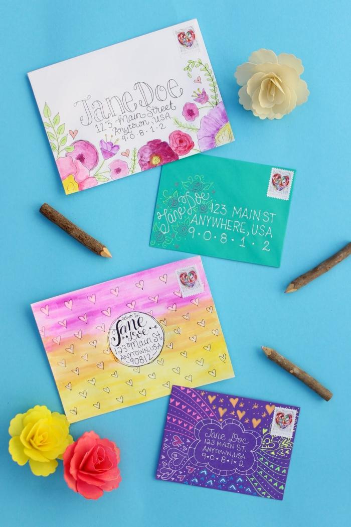 pliage enveloppe, idée comment customiser les enveloppes avec dessins floraux de crayons