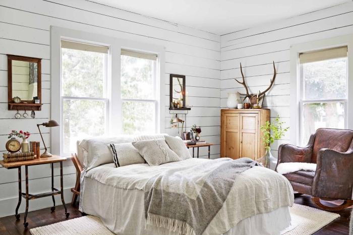 chambre a coucher adulte à déco rustique et campagne aux murs blancs et meubles de bois foncé